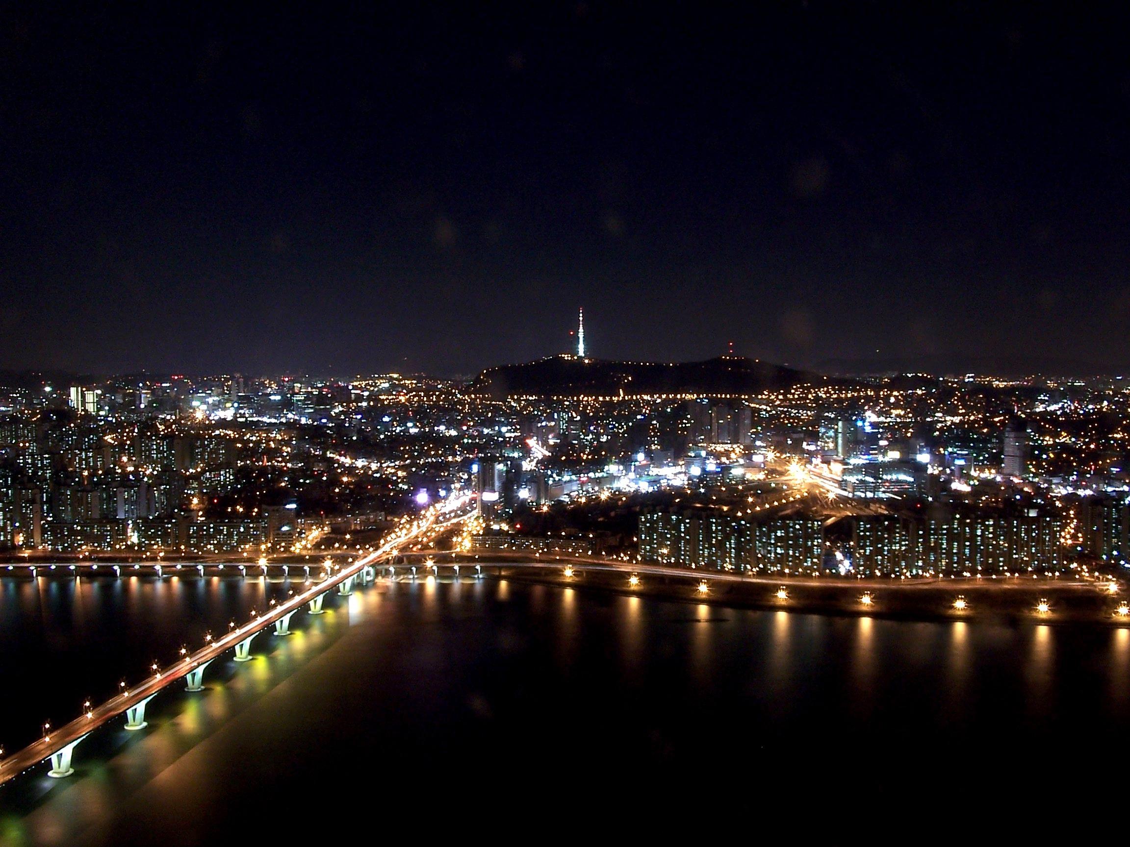 Seoul at night by Charles Lam - CC BY-SA 2.0
